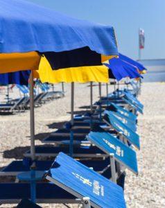 spiaggia ombrelloni blu marina fano